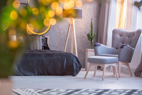 fotel z podnóżkiem w sypialni